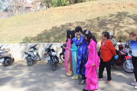 Người dân Lâm Đồng xúng xính áo dài đi lễ chùa.