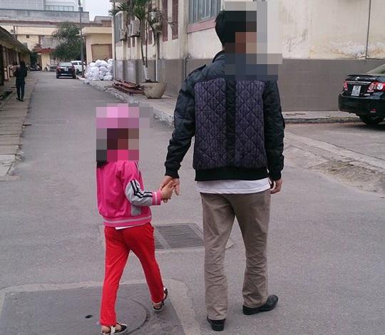 Cháu bé được gia đình đưa đi trưng cầu giám định theo yêu cầu của cơ quan điều tra