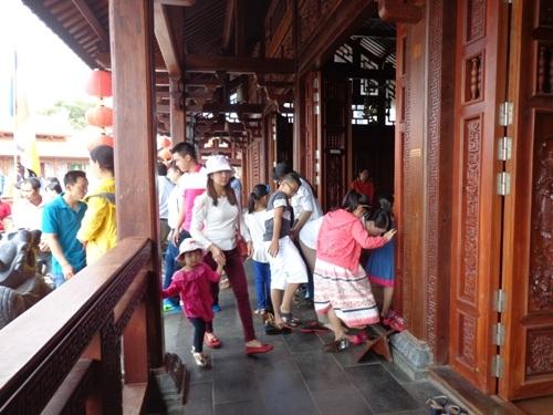 Người dân nô nức đi lễ chùa đầu năm tại ngôi chùa
