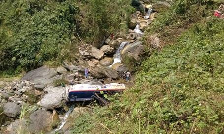 Chiếc xe nằm dưới vực sâu nhưng tài xế đã nhảy kịp khỏi xe an toàn.