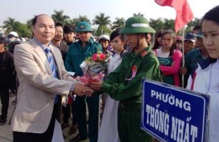 Chủ tịch UBND TP Kon Tum Phan Văn Thế tặng hoa cho các tân binh tại buổi lễ giao nhận quân.