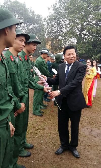 Bí thư Tỉnh ủy Nguyễn Nhân Chiến tặng hoa động viên các tân binh