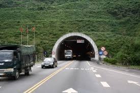 Hầm Hải Vân đang khai thác chỉ hai làn xe