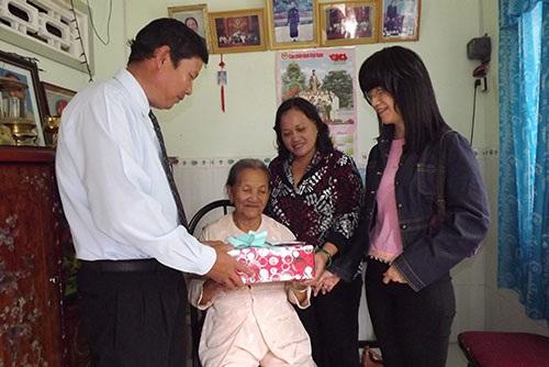 Hàng năm, các cấp, các ngành đều đến thăm hỏi, động viên, an ủi sức khỏe mẹ Nhị.