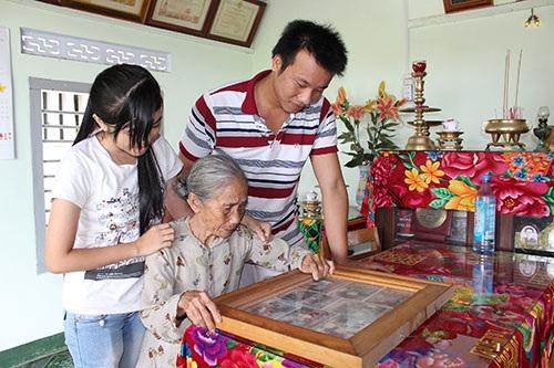 Mỗi lần các cháu về thăm, mẹ Cao Thị Mau lại kể chuyện về ông và các cô, bác cho các cháu nghe.