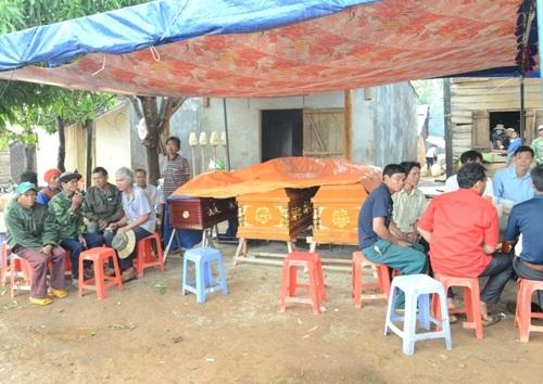 Chính quyền và gia đình tổ chức mai táng cho 3 nạn nhân trong một gia đình.