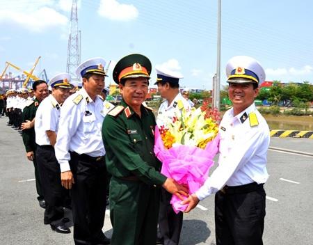 Thượng tướng Mai Quang Phấn tặng hoa