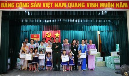 Thượng tướng Mai Quang Phấn tặng quà các lực lượng làm nhiệm vụ trên đảo Trường Sa.