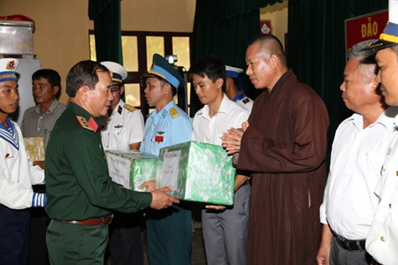 Thượng tướng Mai Quang Phấn tặng quà các lực lượng làm nhiệm vụ trên huyện đảo Trường Sa.