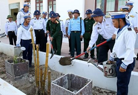 Đoàn công tác trồng tre đắng ngà trên đảo Phan Vinh.
