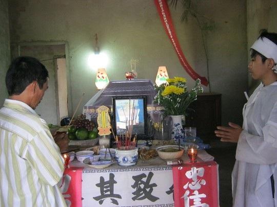 Người dân đến chia buồn cùng gia đình nạn nhân