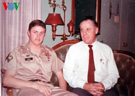 Paul Reed và bố trước khi sang Việt Nam