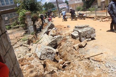 Khối tường bê tông đổ đè tử vong 2 công nhân xây dựng.