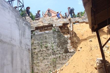 Ngôi nhà bị đất đá đè sập một phần.