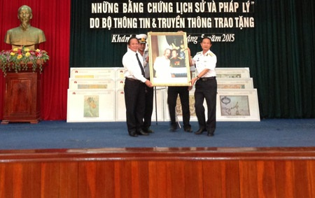 Thứ trưởng Trương Minh Tuấn trao tặng bức ảnh Bác Hồ và Đại tướng Võ Nguyên Giáp.