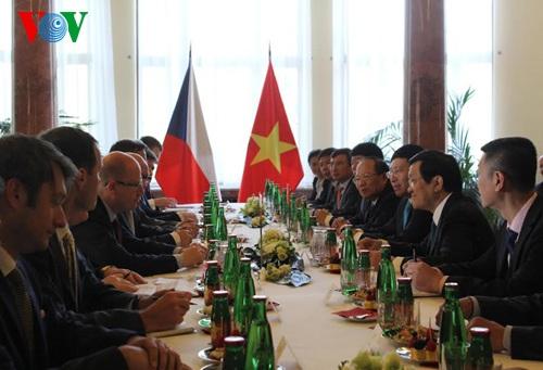 Đoàn đại biểu hai nước tiến hành hội kiến
