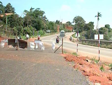 Dân cấm các phương tiện đi qua đường tránh sạt lở.