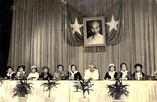 Ông Lục Bỉnh Lợi (thứ 5 từ trái qua) từng được Bác Hồ tặng thưởng Huy hiệu của Người