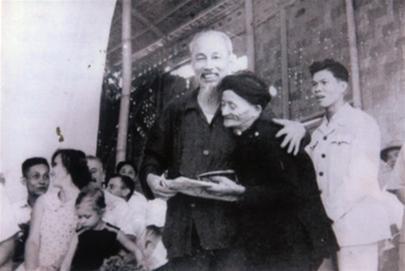 Bác Hồ chụp ảnh thân mật với ông Trần Văn Nỏ.