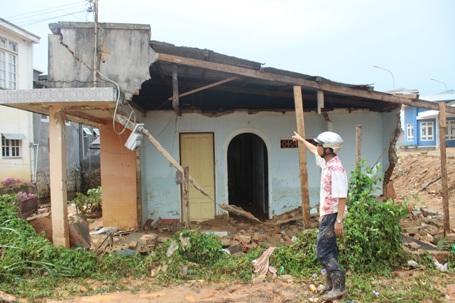 Nước lũ rút đi để lại căn nhà anh Nghĩa đã đổ sập.