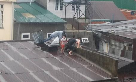 Anh Phong nhanh trí cậy mái tôn, đưa 3 mẹ con chị Hằng ra ngoài an toàn