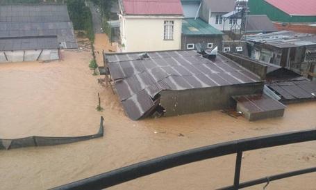 Cả ngôi nhà anh Nghĩa và các ngôi nhà lân cận đều chìm trong mênh mông nước.
