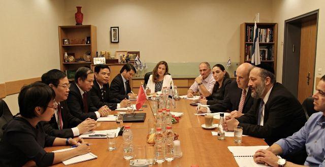 Ông Vương Đình Huệ làm việc với ông Arye Deri, Bộ trưởng Kinh tế Israel.