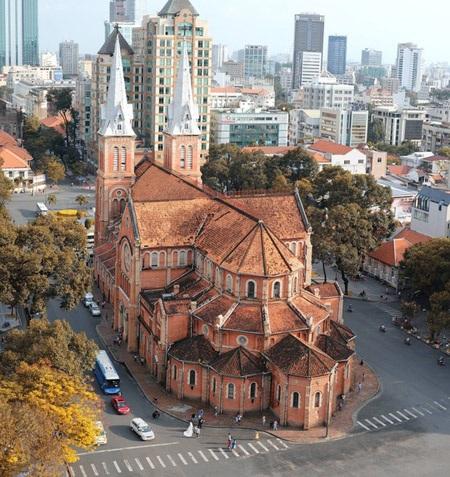 Nằm giữa trục đường chính, Nhà thờ Đức Bà nổi bật với màu gạch đỏ. Ảnh: Thái Sơn