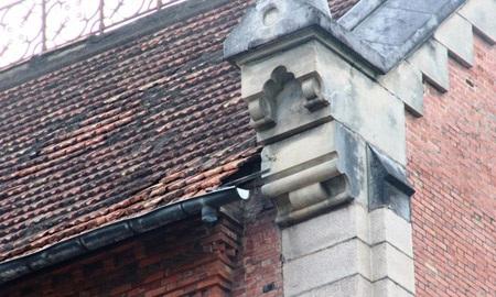 Mái tòa nhà đã rơi rớt một vài tấm ngói. Ảnh: Lê Phong