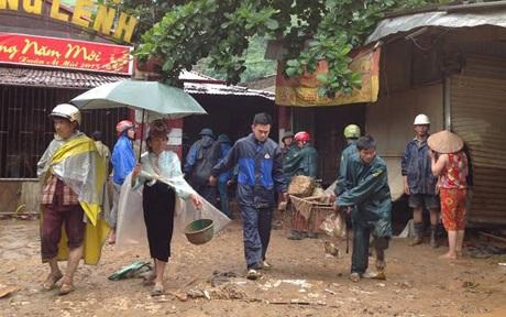 Lực lượng địa phương giúp bà con dọn dẹp sau lũ