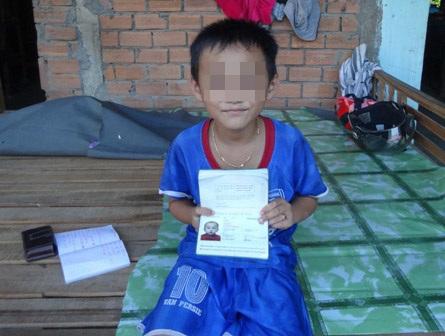 Cháu T. mong ước có tờ giấy khai sinh để được đến trường.