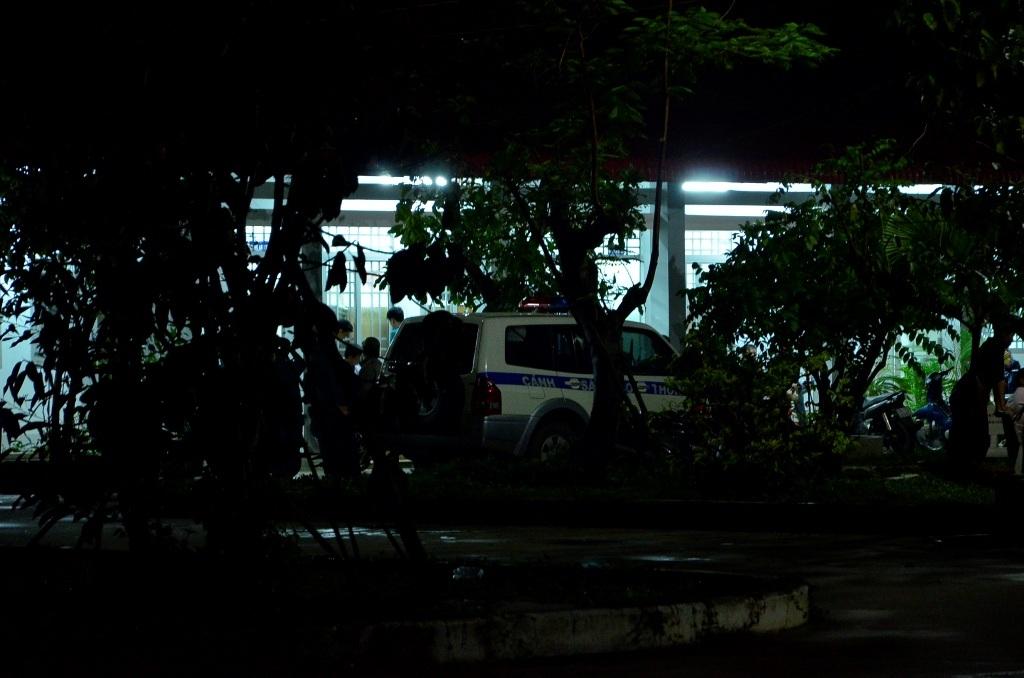 Lấy lời khai nghi can Vũ Văn Tiến tại trụ sở UBND xã Nhị Bình.
