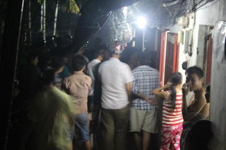 Hàng trăm người dân vây quanh nhà nghi can Tiến