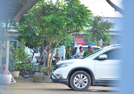 Tổ công tác rời khỏi trụ sở UBND xã Nhị Bình lúc 6h30 sáng nay.