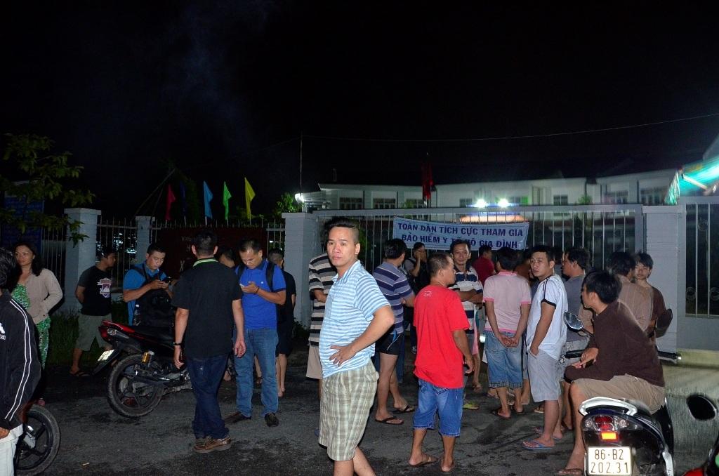 Rất đông người dân vây quanh trụ sở UBND xã Nhị Bình.