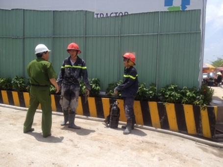 Lính cứu hộ lấm lem bùn đất, bê tông