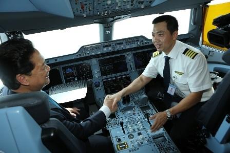 Thủ tướng vào buồng lái A350 động viên các phi công
