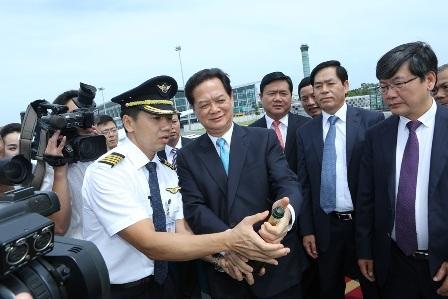 Thủ tướng bật champagne chúc mừng Vietnam Airlines nhận máy bay mới A350.