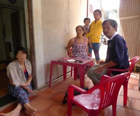 Ông Nguyễn Công Danh và bà con hàng xóm sang nhà động viên bà T.