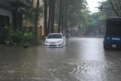 Mưa lũ làm ngập một số tuyến phố của thành phố Lào Cai đầu giờ chiều ngày 4/7.
