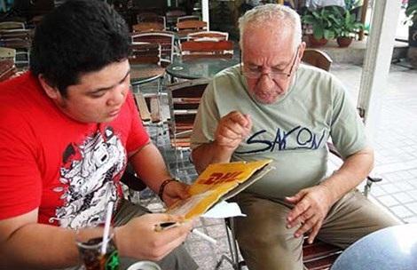 Nhiều bạn trẻ đã tìm đến chia sẻ, giúp đỡ ông Nabil Khaddoumi. Ảnh: Nguyễn Tân
