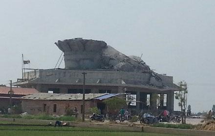 Phần thân tượng vỡ vụn, bên trong toàn gạch