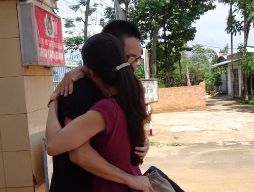T. ôm chầm lấy mẹ và khóc khi vừa bước ra khỏi cổng trại tạm giam