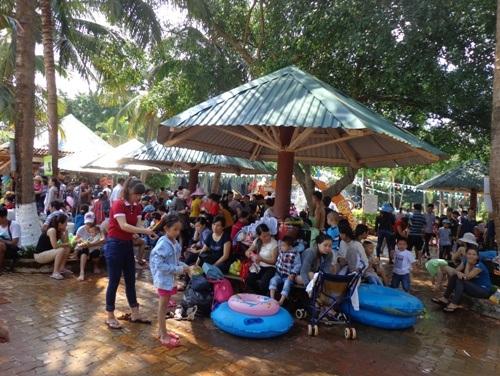 Rất đông khách tới công viên nước vui chơi