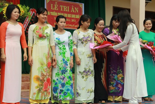 Tặng hoa cho các giáo viên chủ nhiệm khối 12 để bày tỏ niềm tri ân