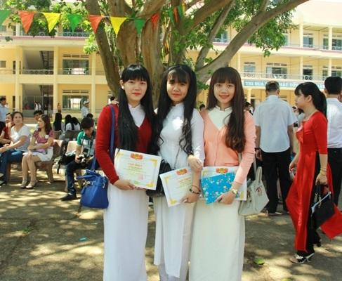 Nữ sinh lớp 12 trường THPT Lê Quý Đôn xinh tươi trong tà áo dài