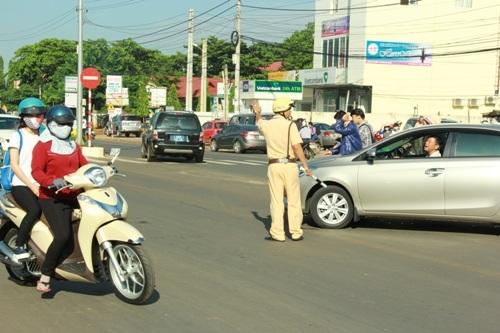 CSGT điều tiết giao thông trước điểm thi.