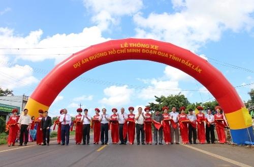 Cắt băng khánh thành chính thức thông xe đường Hồ Chí Minh đoạn qua tỉnh Đắk Lắk