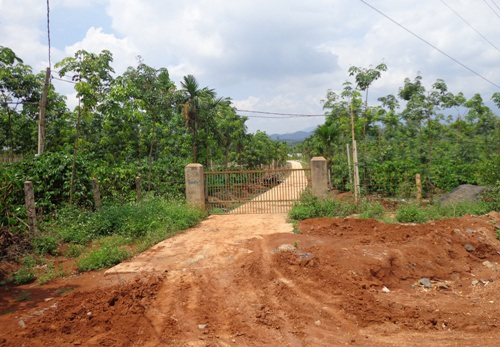 Con đường được xã ưu ái dành riêng cho hộ ông Kiệt, được chủ đóng cửa ra vào kín mít