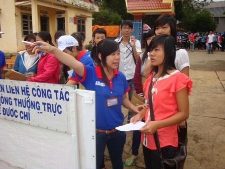 Thanh niên tình nguyện tận tình hướng dẫn thí sinh về dự thi